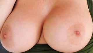 Sexy nackte Mädchen mit großen Brüsten.