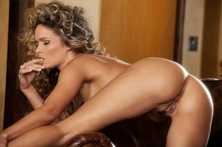 Erotische Fotos von nackten Mädchen mit hübschen Füße.